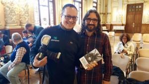 Con Miguel Ángel Santos, autor de la foto que ilustra mi relato, 'Pelota', en 'El baúl de los deportes'.