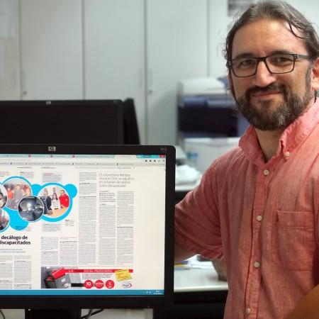 En la redacción de El Norte, con la página premiada. Foto de Ramón Gómez