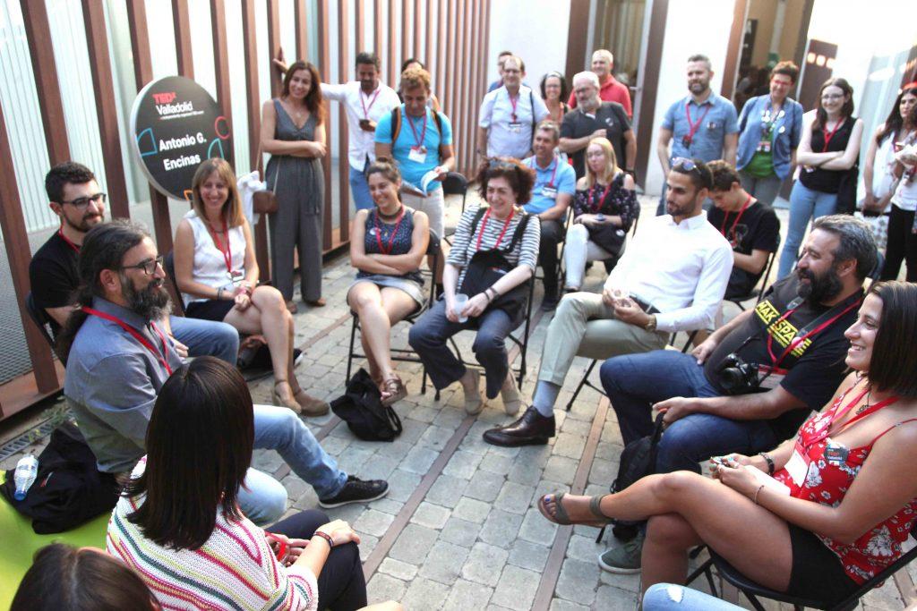 Charla con el público en el descanso de la séptima edición de TEDxValladolid, en el LAVA. FOTO NACHO CARRETERO-TEDX VALLADOLID